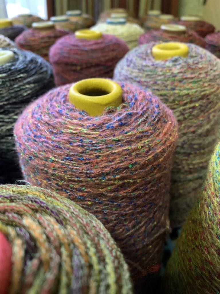 かすり染めの糸を撚糸して作った毛糸
