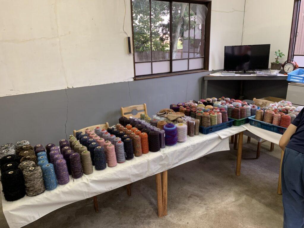 かすり染め専門企業の手編み糸工場直売の様子