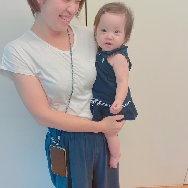 子供を抱っこしている時に便利なスマホを肩からかけられるストラップ